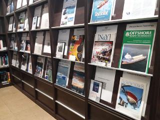 Expositor de revistas de la biblioteca FNB