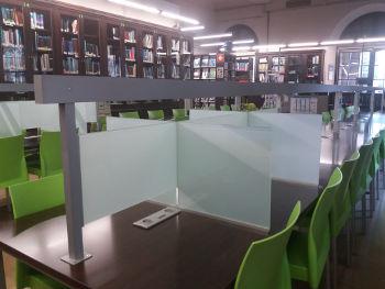 Espais d'estudi individual dins la sala