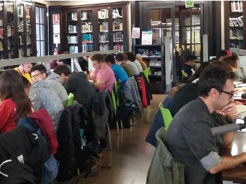 Sala de la biblioteca FNB con estudiantes