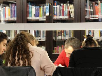 Estudiants a la biblioteca