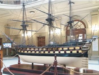 Barco San Carlos en el vestíbulo de la FNB