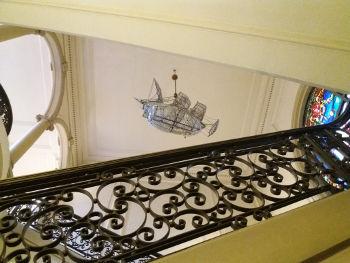 Escalera principal de la FNB con la lámpara de cristal en forma de barco