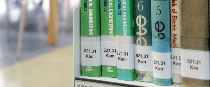 Localiza un libro en el estante